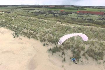Drone scheert langs paragliders Domburg