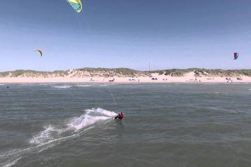 Spectaculaire beelden kitesurfer bij Neeltje Jans