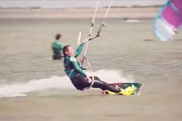 Kiteboarder Annelous Lammerts in actie op Brouwersdam