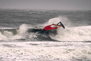 Surfen tijdens storm bij strand Domburg